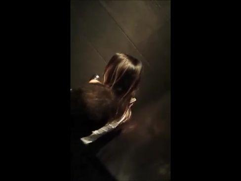 Ragazza scopata in un bagno di una Discoteca!!!
